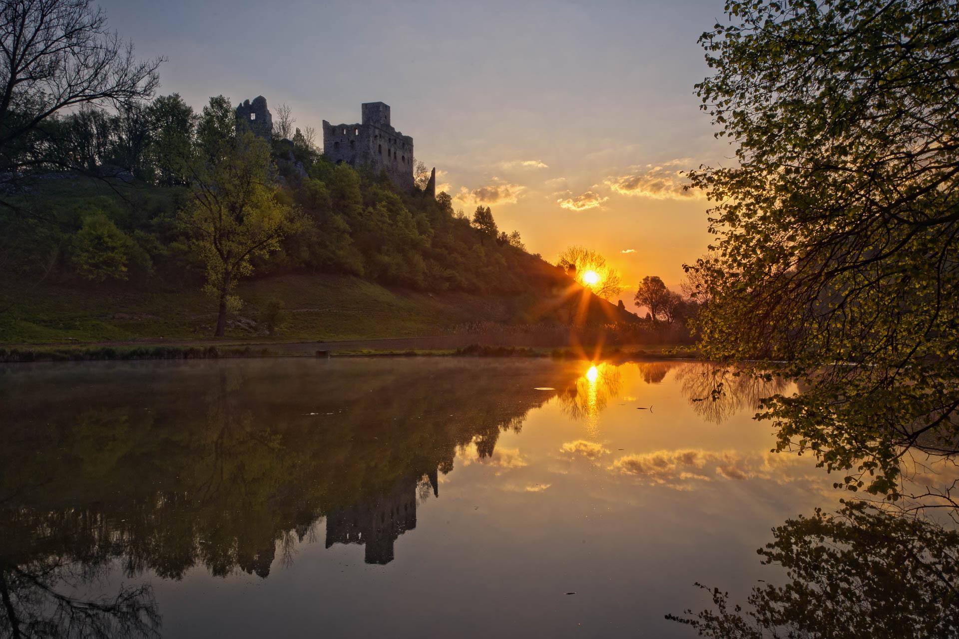 Sonnenaufgang über der Burgruine Niederhaus